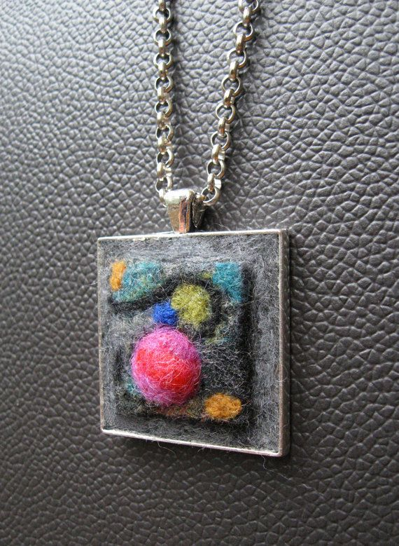 Articles similaires à Pendentif carré fait de laine de mérinos feutrée à la main. Petit tableau abstrait. Art portable. Avec ou sans chaîne argent. sur Etsy