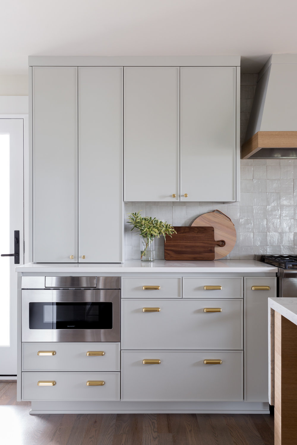Modern Shaker Cabinets With Brass Hardware In 2020 New Kitchen Inspiration Gray Interiors Kitchen Inspirations