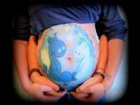 Mujeres embarazadas lucen hermosos diseños en sus barrigas