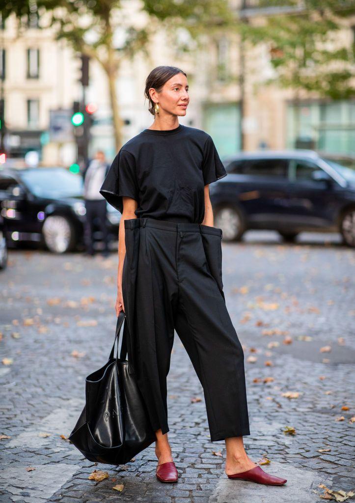 Julia Pelipas wearing black high waist pants, black tshirt and bag…