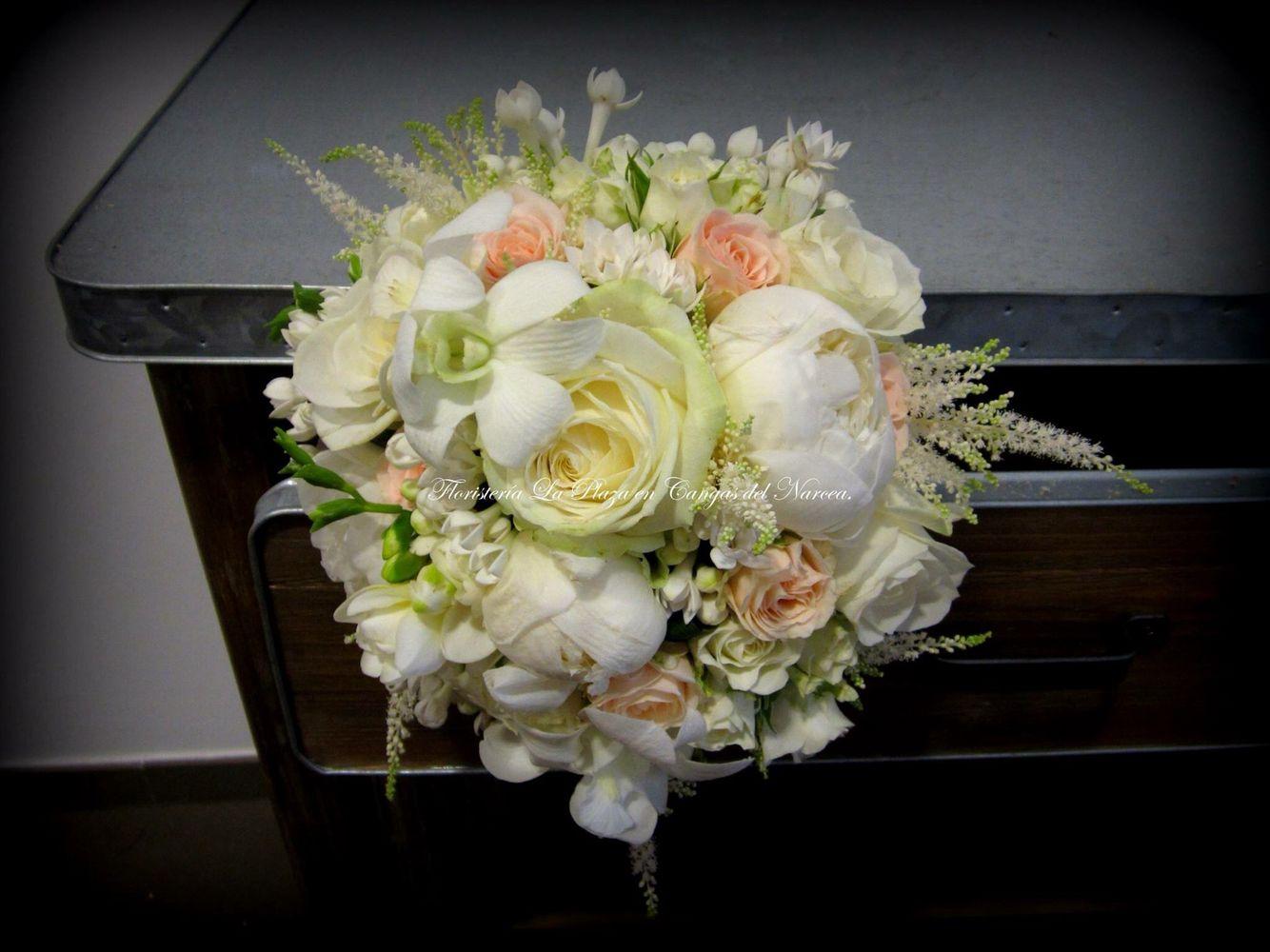 Entrada Basílica de Cangas del Narcea. Floristería la Plaza. Teléfono 985811511. Nos gustan las bodas!!!! ❤️❤️❤️❤️