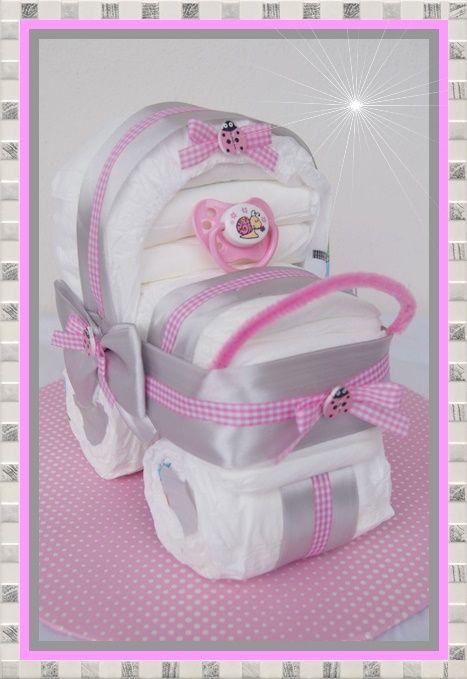 kinderwagen hergestellt aus 17 windeln und einem farblich passenden schnuller baby shower. Black Bedroom Furniture Sets. Home Design Ideas