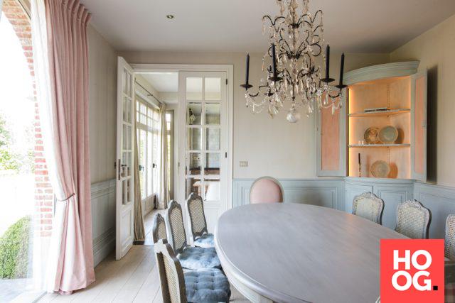 klassieke inrichting woonkamer - window seat table | Pinterest