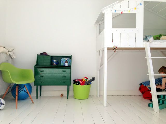 Copenhagen Kiddo: Kids room. Vores halvhøje seng / Legehus Playhouse bed  Fin farve kommode