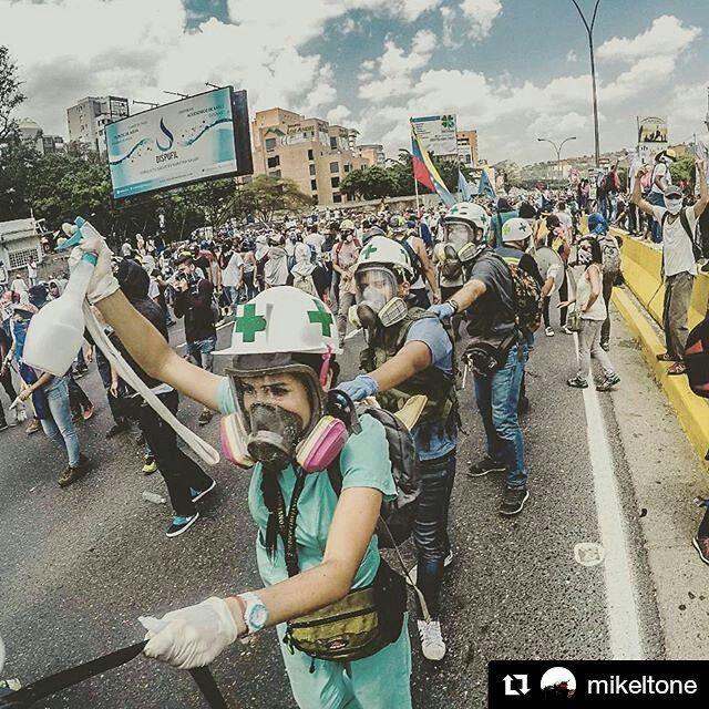 Foto de @mikeltone Estos chamos salen a caminar junto a tantos manifestantes el valor y su ayuda en campo valen oro #ccs #caracas #caracasamina  Héroes silenciosos IV #Caracas #Venezuela #conflict #people #gopro #goprohero4 #elnacionalweb