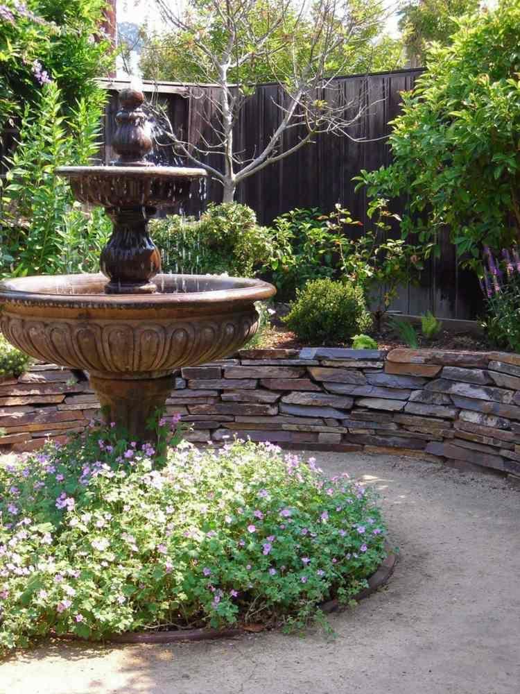 Die Steinmauer umrahmt einen Brunnen Home Pinterest - garten sichtschutz stein