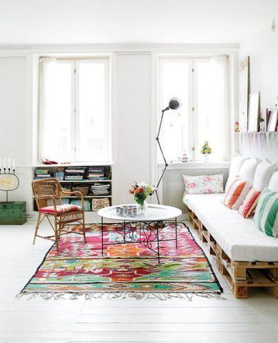 Een bed of bankje van pallets. Leuk voor bijvoorbeeld de woonkamer ...