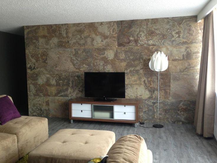 Terroso en la pared de una sala laminatti chapa de for Piedra natural para paredes interiores