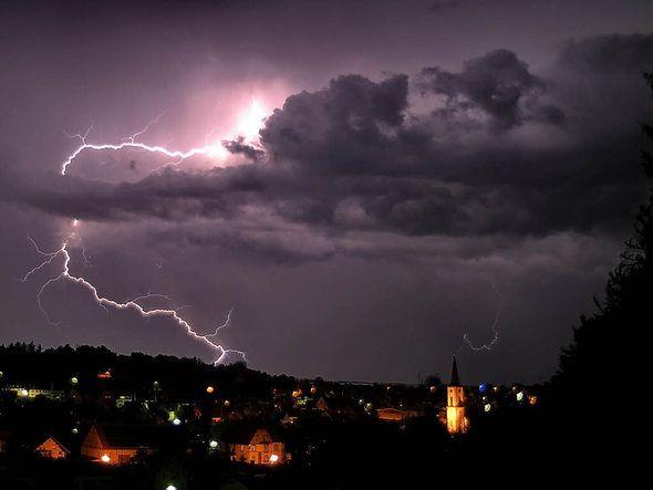 Ein Gewitter geht über Neustadt nieder...en Blitz und Donner bald wiederkommen?  | Foto: Philippe Thines
