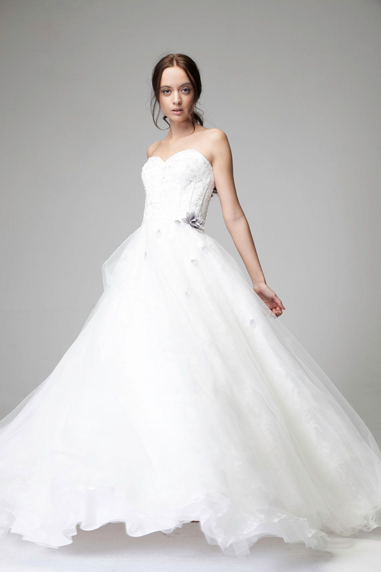 Romantisches Brautkleid in der Farbe ivory.  Brautmode