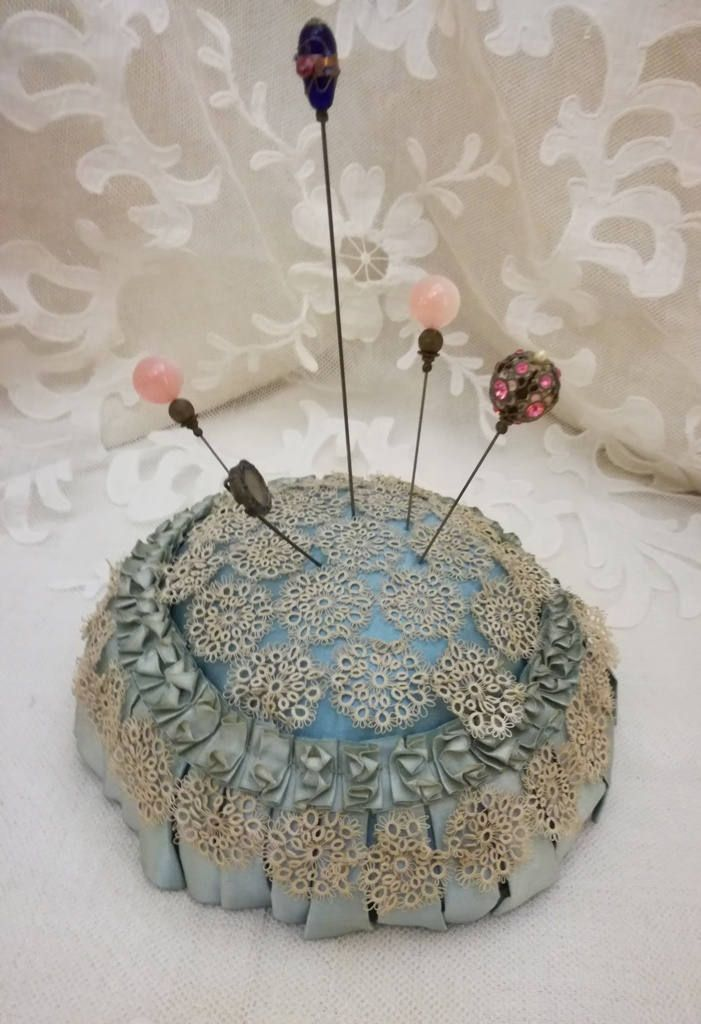 Stupendo antico cuscinetto  da boudoir puntaspilloni, si può usare anche come cuscino per anelli da matrimonio! Nel mio negozio etsy: Antique French boudoir Hat Pins Cushion or wedding rings cushion light blue silk, ribbon & tatting lace http://etsy.me/2DfAdMj
