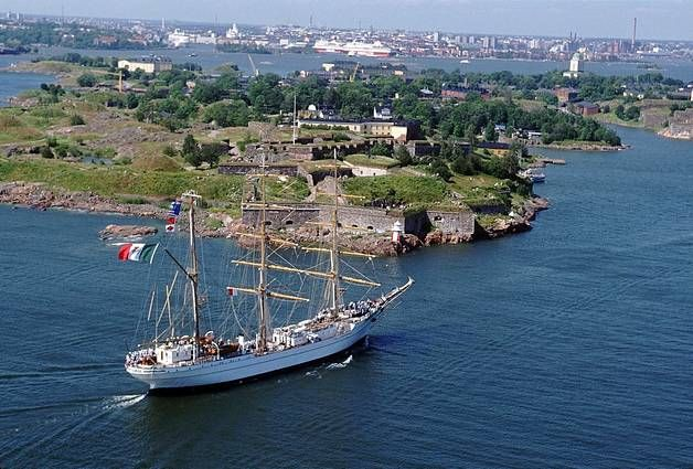 Meksikolainen laiva lipuu Suomenlinnan edustalla.