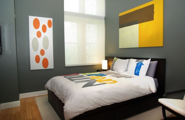 wandgestaltung-schlafzimmer-betongraue-wandfarbe-gelbe-orange - schlafzimmer orange
