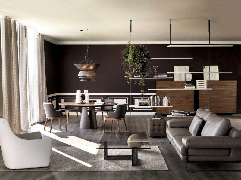 sof de cuero gris y pared de color marrn en el saln moderno u