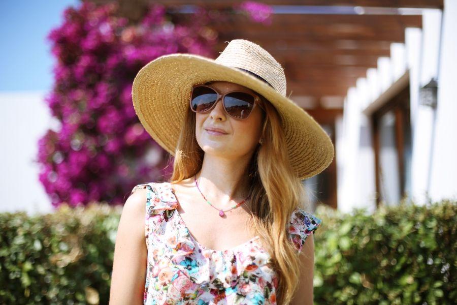 Casual Look. Look con vestido de flores. A trendy life. #casual #flowerdress #hat #wedges #summerlook #holidays #details #suiteblanco #demilamores #chloe #outfit #fashionblogger #atrendylife www.atrendylifestyle.com