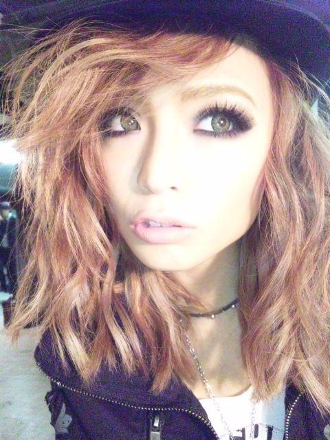 gyaru fashion. Love her makeup :)