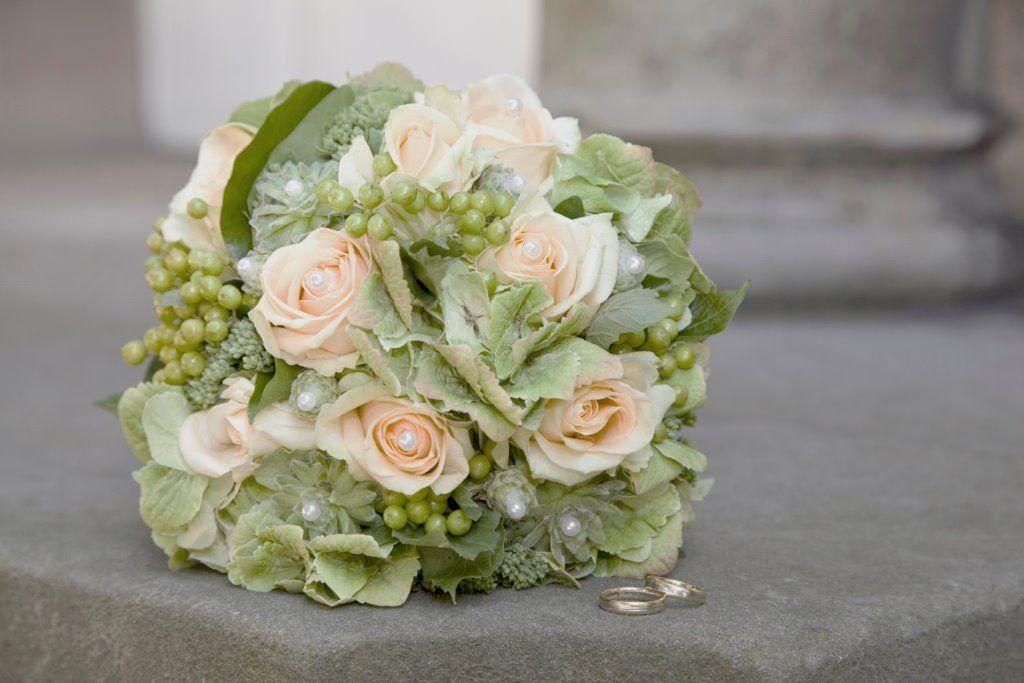 Dezenter Brautstrau mit apricot Rosen und Perlen