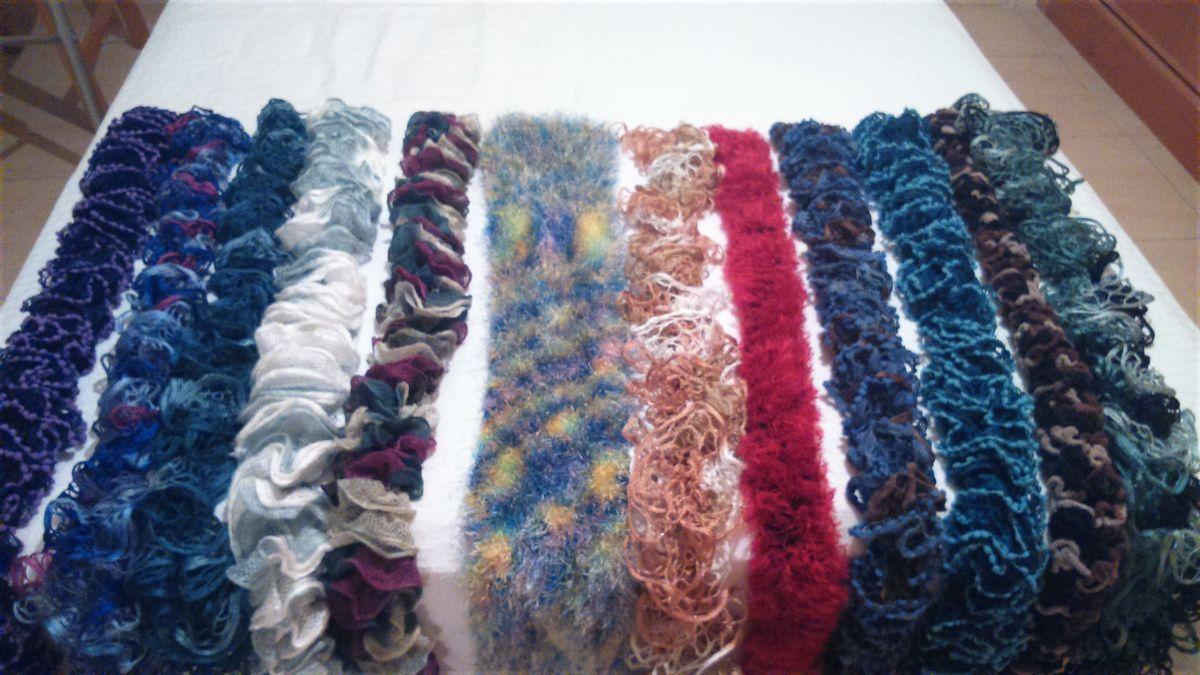 Ha llegado esta semana y parece que es para quedarse. Por fin está completa la colección de bufandas. Aquí las tenéis: Hay de todos los tamaños y colores, para niñas y mayores. ¿Os gustan?
