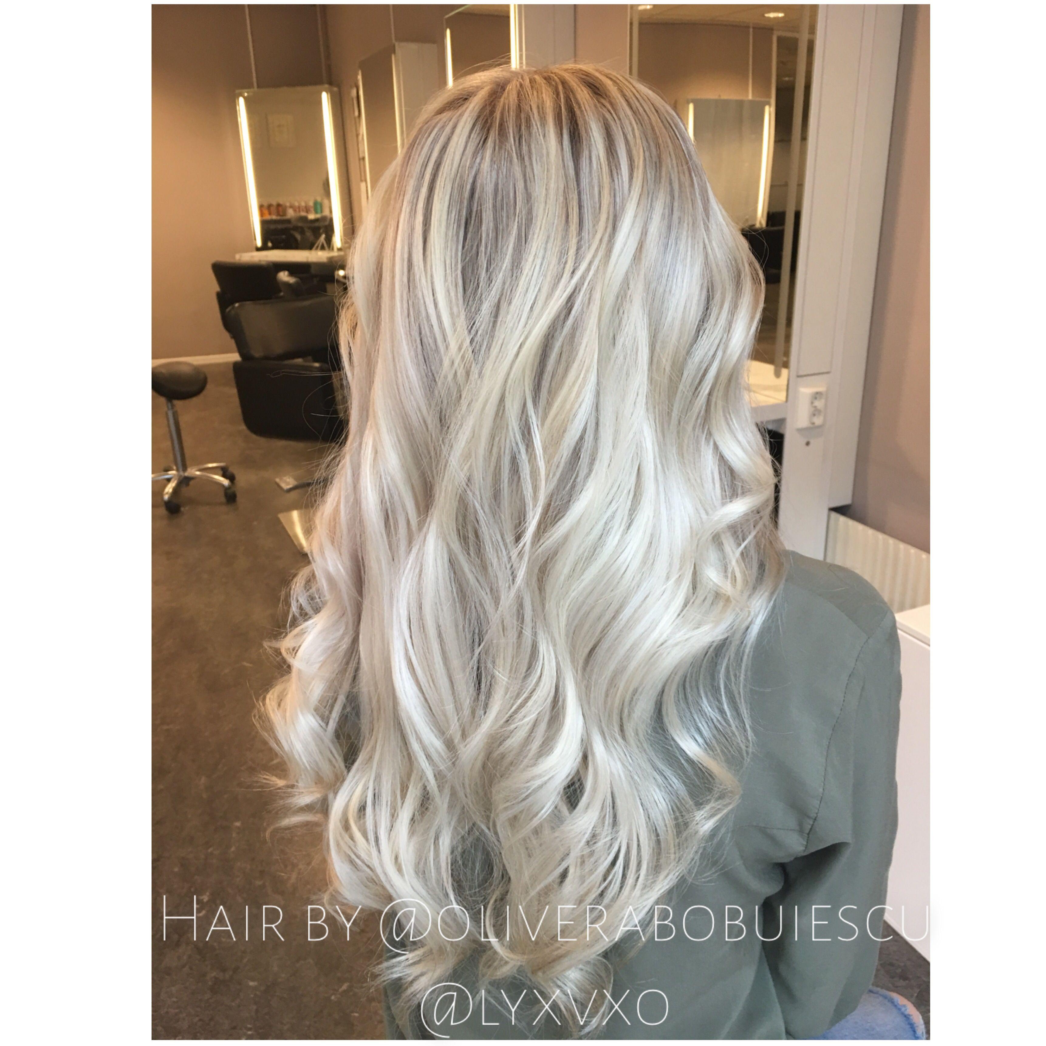 vita slingor i blont hår