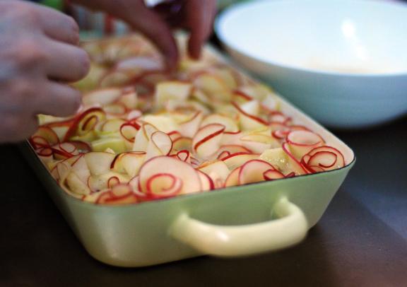 •מוסיפים את תערובת המים עם התה ומערבבים היטב. •מוסיפים פנימה קמח, אבקת אפייה, מלח, קינמון וגרידת לימון וטורפים רק עד שמתקבלת תערובת אחידה. •מקפלים פנימה את התפוחים והפקאנים ומעבירים לתבניות האפייה (2 אינגליש קייק או אחת מלבנית גדולה). •מרכיבים ואופים: מוציאים את פרוסות התפוחים מהסירופ (שומרים את הסירופ בצד) ומסדרים בתוך העוגה בצורת פרחים – מגלגלים כל פרוסה לספירלה קטנה ודוחפים בעדינות לתוך בלילת העוגה, חוזרים על התהליך עד שהעוגה מלאה בהמון ספירלות של תפוחים. מומלץ לחתוך את פרוסות התפוחים…