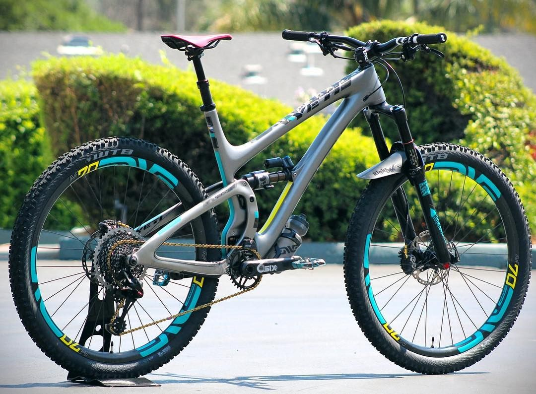 The latest and greatest SB5.5C from @troydon complete with M70HVs Minnaar Bar 2 and stem. Whos ready for a rip?  @michaelbartovsky #iRideENVE #mtblife #iRideENVE #ENVEComposites #Cycling #CarbonWheels #MountainBike #HandbuiltBikes #BikePorn