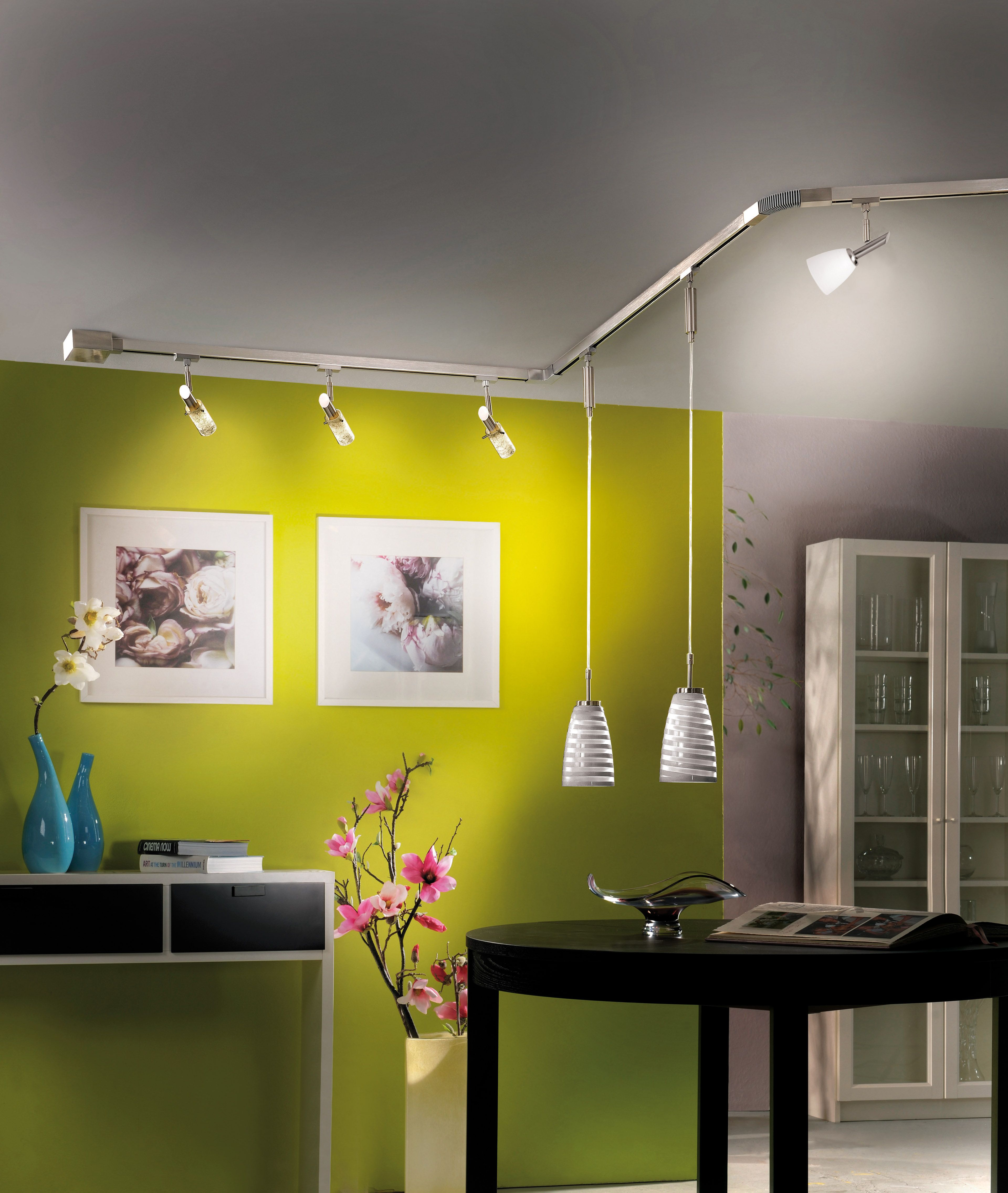 ein schienensystem mit dem gutes licht fahrt aufnimmt. Black Bedroom Furniture Sets. Home Design Ideas