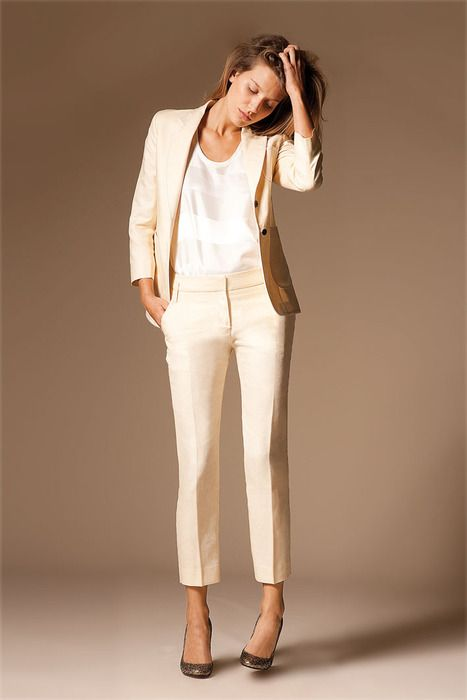 9e4ad0be4551f3 Comment-porter-le-tailleur-pantalon-blanc.jpe (467×700) | work-ing ...