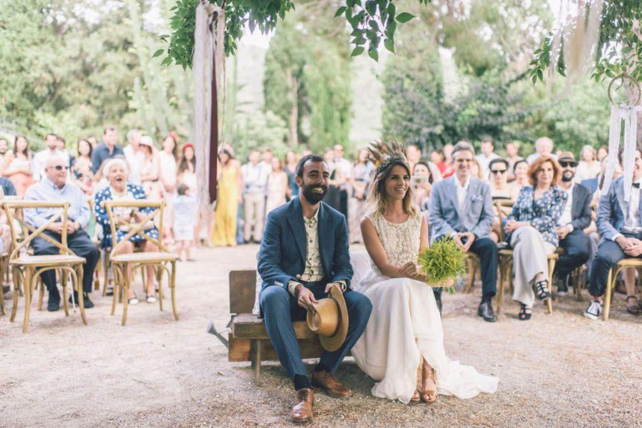Un tocado de plumas de Suma Cruz y un vestido dos piezas de Otaduy. Descubre la increíble boda de Eleonora y Jaime en Mallorca.