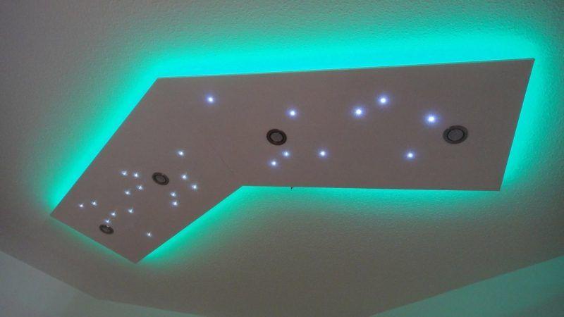 Lovely Treppenrenovierung mit Laminatstufen Stufendekor wei er Nussbaum und graue Setzstufen sowie indirekte LED Beleuchtung
