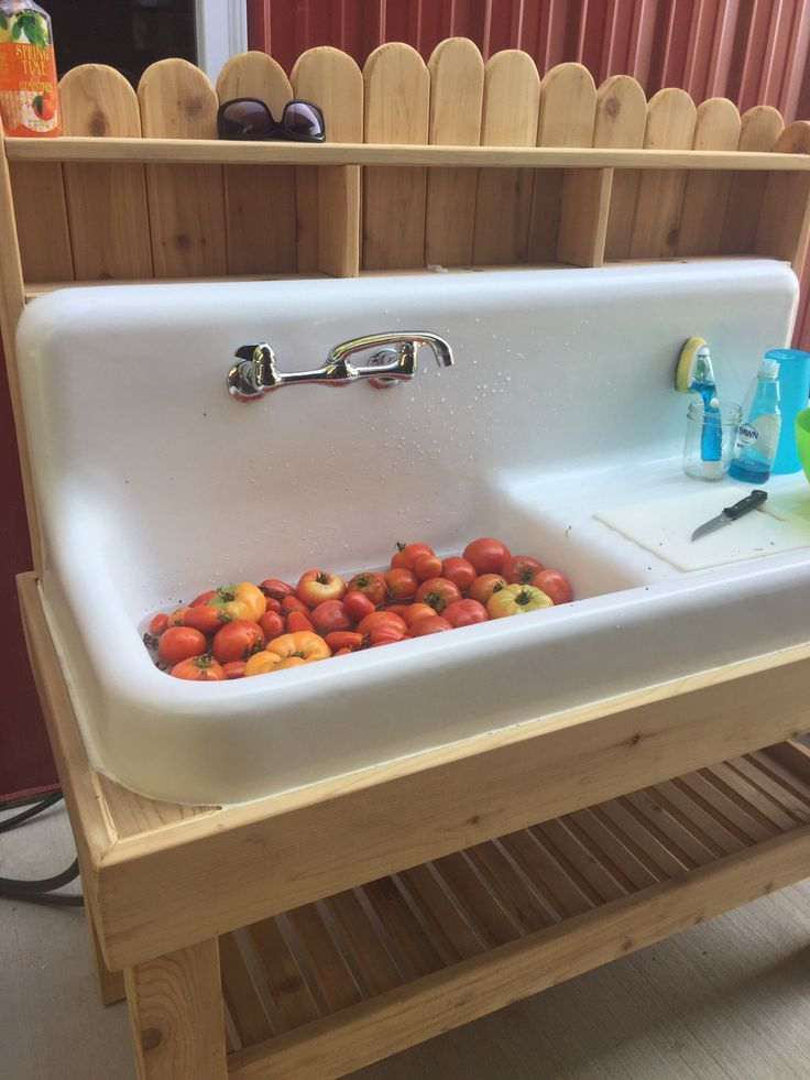 Merveilleux Old Cast Iron Farmhouse Sink Repurposed Into Outdoor Sink In Cedar Stand.