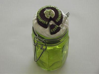 Deemak Twins: Frasco decorado c/ bolo de kiwi (feito em fimo)