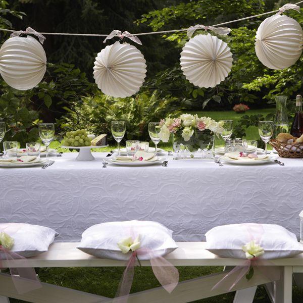 deko tipps zur gartenparty romantischer gartentisch mit weissen lampions 600 60014 hochzeit. Black Bedroom Furniture Sets. Home Design Ideas