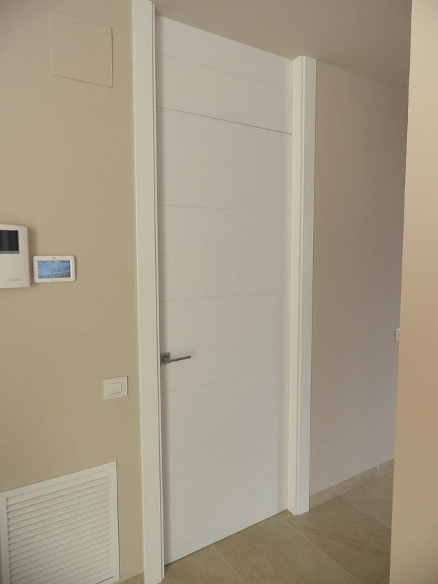 Puerta lacada blanca parte superior fija con las molduras laterales de suelo a techo y la - Molduras para puertas ...