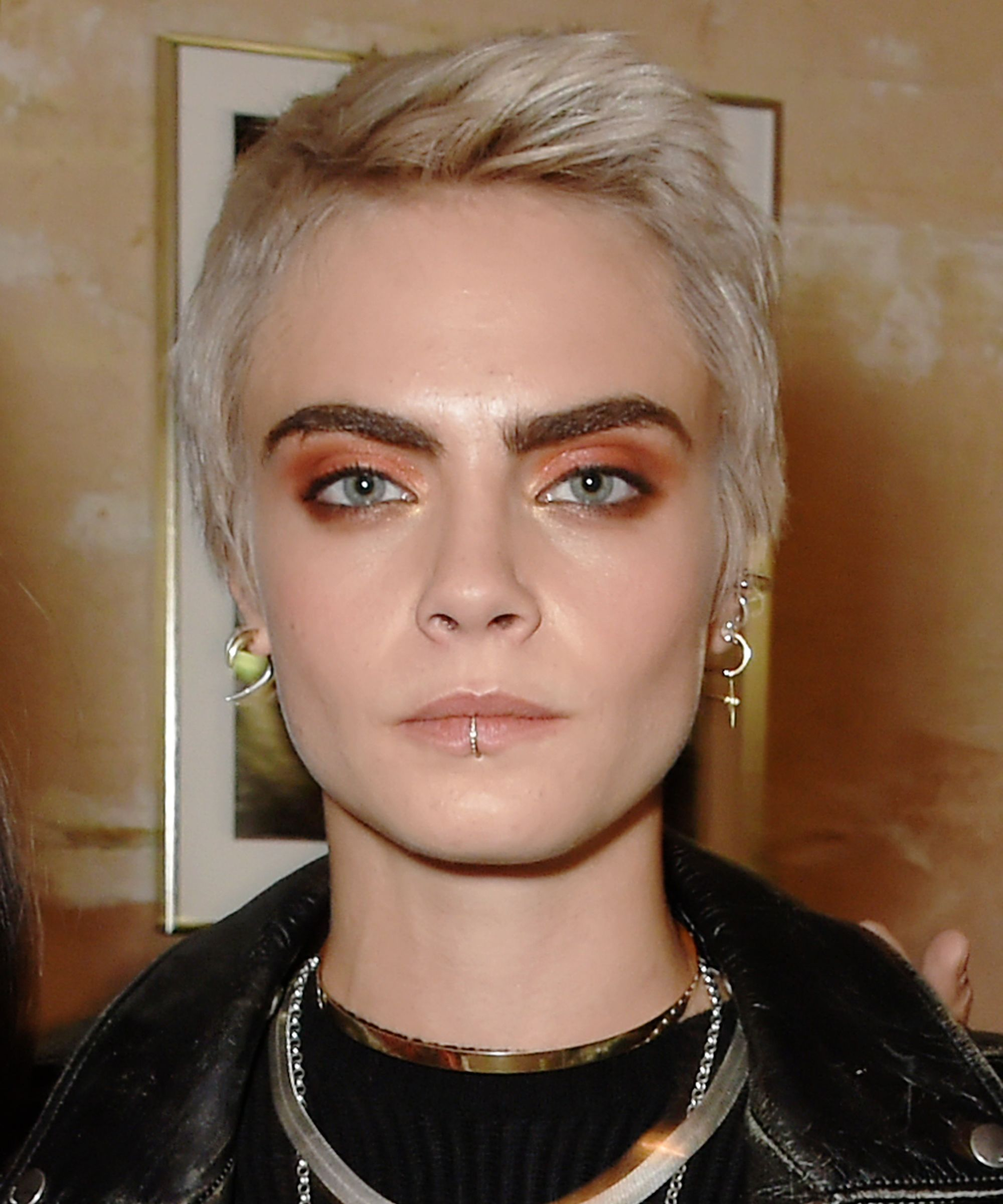 Cara Delevingne Is Now A Brunette For The First Time In 3 Years Refinery29 Cara Delevingne Hair Short Hair Styles Mens Hairstyles