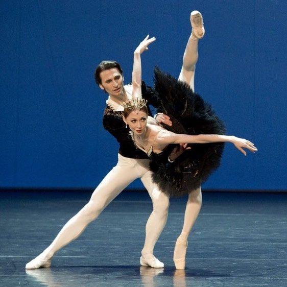 Staatsballett Berlin S Iana Salenko And Dinu Tamazlacaru In Swan Lake Swan Lake Dance Royal Ballet