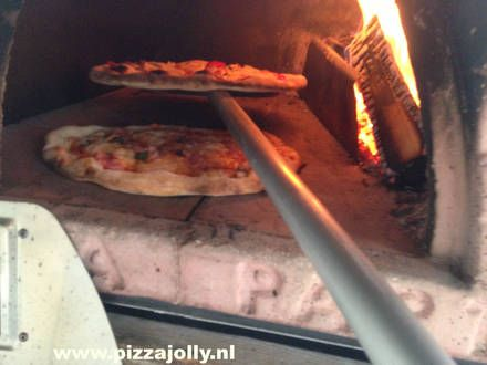 Twee pizza's in de PIZZAJOLLY Italiaanse oven model 70