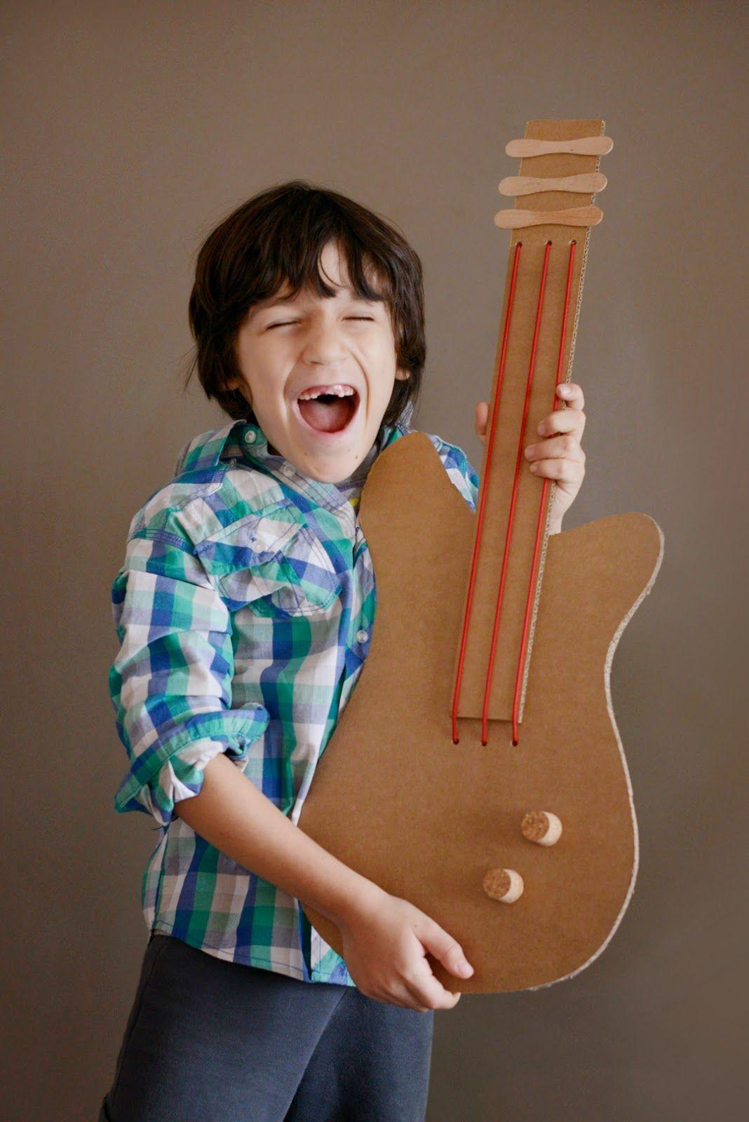 Est fi machado guitarra de papel o quem toca e canta for Guitarras para ninos casa amarilla