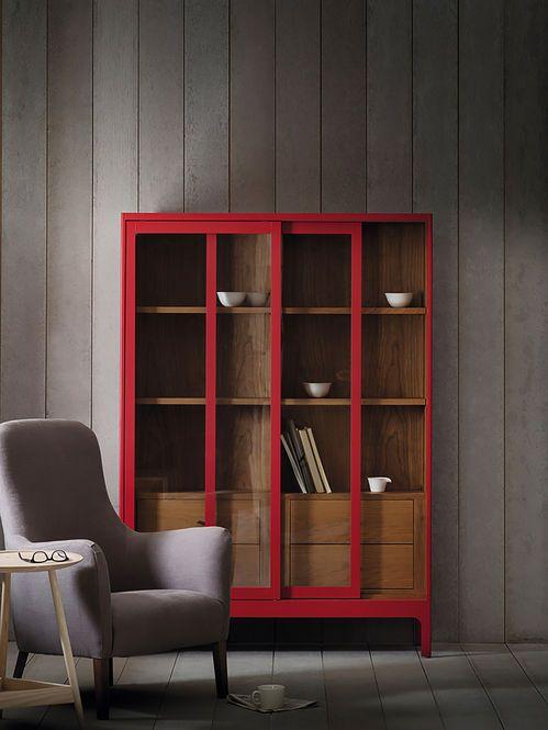 Armario De Madeira Vermelho E Poltrona Estofada Designer Russell Pinch Interior Furniture