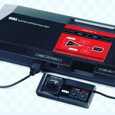 On instagram by brnkiss #mastersystem #microhobbit (o) http://ift.tt/1OFC2D8 Sega Master System II me marcou muito porque eu realmente fiquei no pé dos meus PAIS para que comprassem o dito cujo e me lembro que ganhei no dia das crianças e veio numa sacola da DB Brinquedos. Esse é o único vídeo-game que eu ganhei no lançamento hahahaha  #sega #videogame #gamer