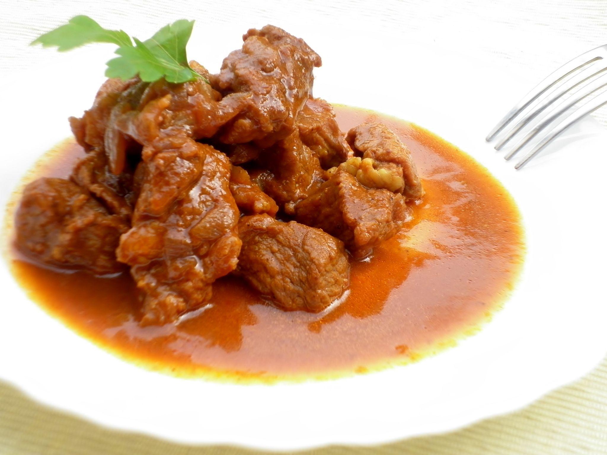 Ricetta dello spezzatino di vitello con cipolle alla paprika un secondo piatto semplice e gustoso