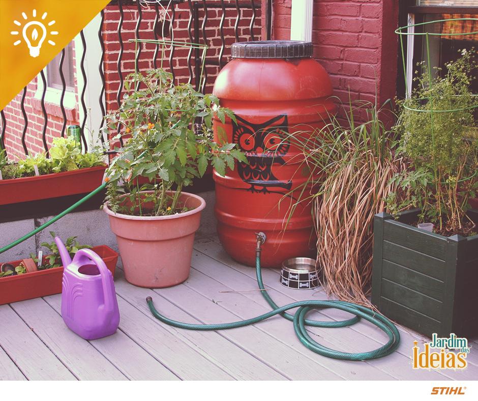 Reaproveite a água da chuva para molhar as suas plantas! Use um barril para capta-la e uma mangueira para a rega! Mas lembre-se de mantê-lo sempre fechado para que a água parada não crie focos de mosquito!