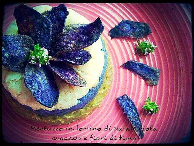 MERLUZZO IN TORTINO DI PATATE VIOLA E AVOCADO CON CHIPS CROCCANTI (Pie cod, purple potato and avocado with crispy chips)