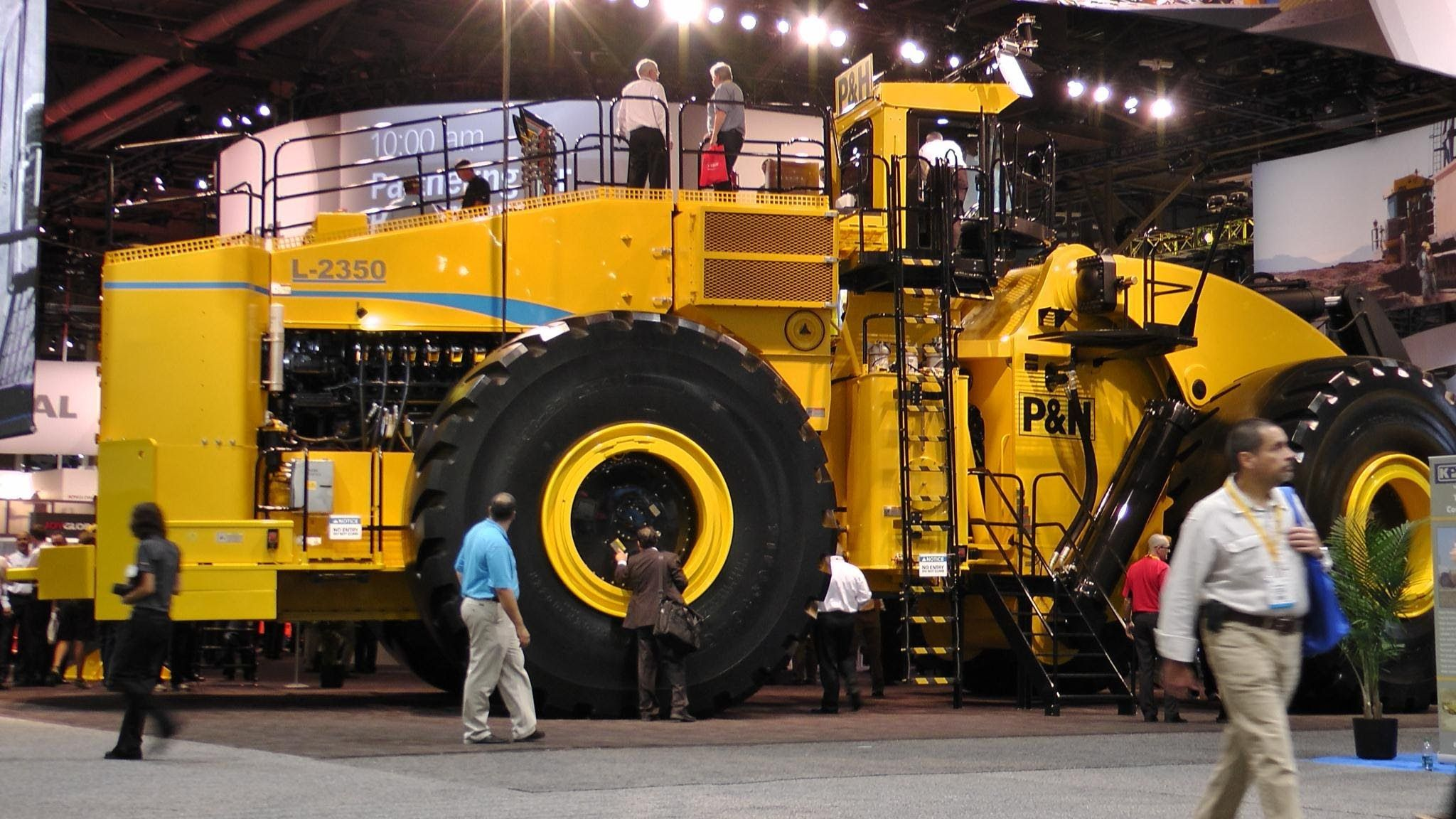 Biggest Wheel Loader In The World 70 Yard Super High Lift Letourneau L2350 The L 2350 Wheel Loader With A Construction Construction News Construction Vehicles