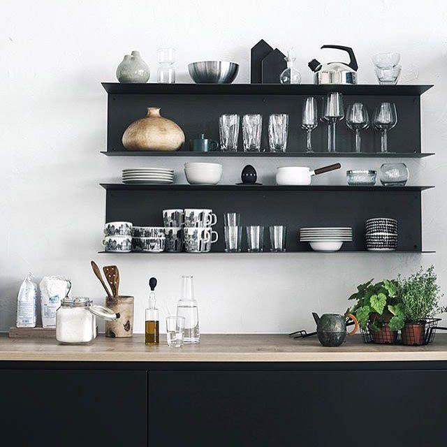 Le mensole a vista in cucina belle ma anche funzionali cucine kitchen pinterest cucine - Scaffali in metallo ikea ...