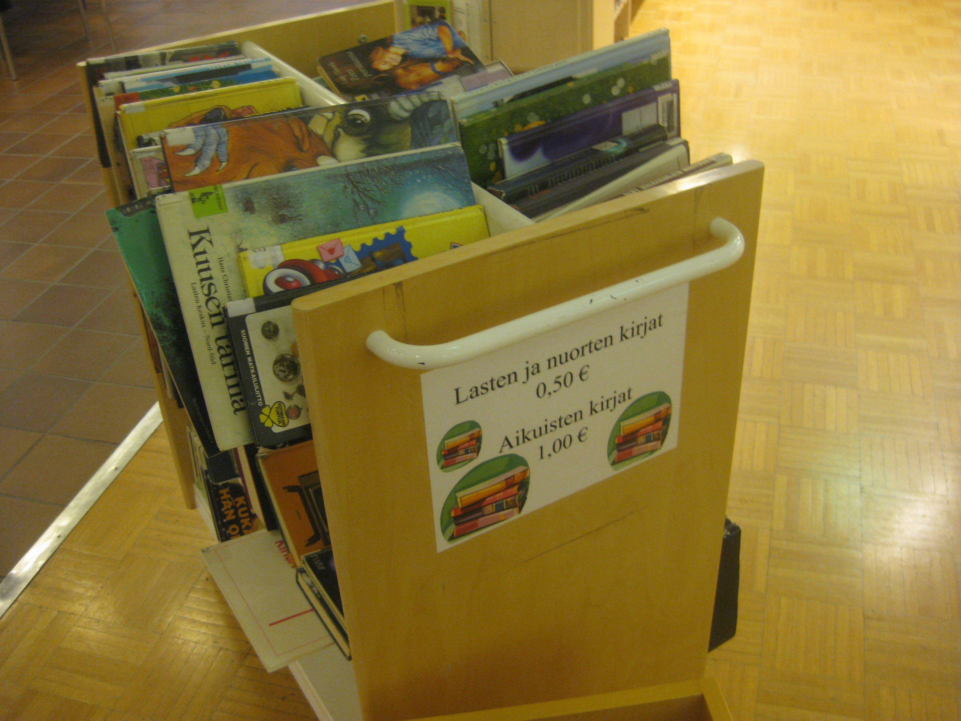 Keskellä kirjastoa ja juuri nojatuolien vieressä näitä on hauska selailla, joten kauppa varmasti käy.