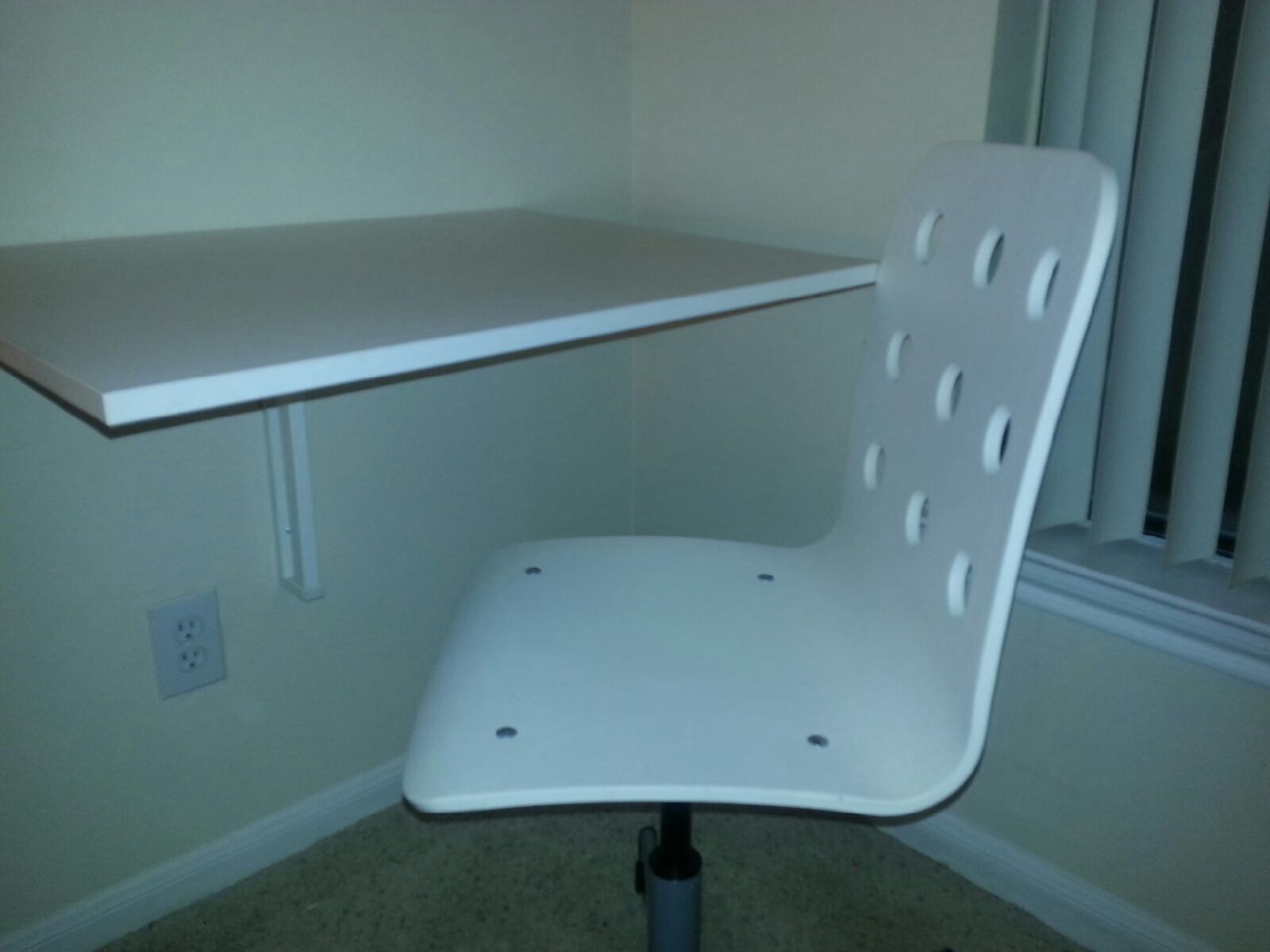 White Desk Chair In Nicefurniture S Garage Mesquite Tx For 20 00 Swivel From Ikea Less Than 2 Yrs Old