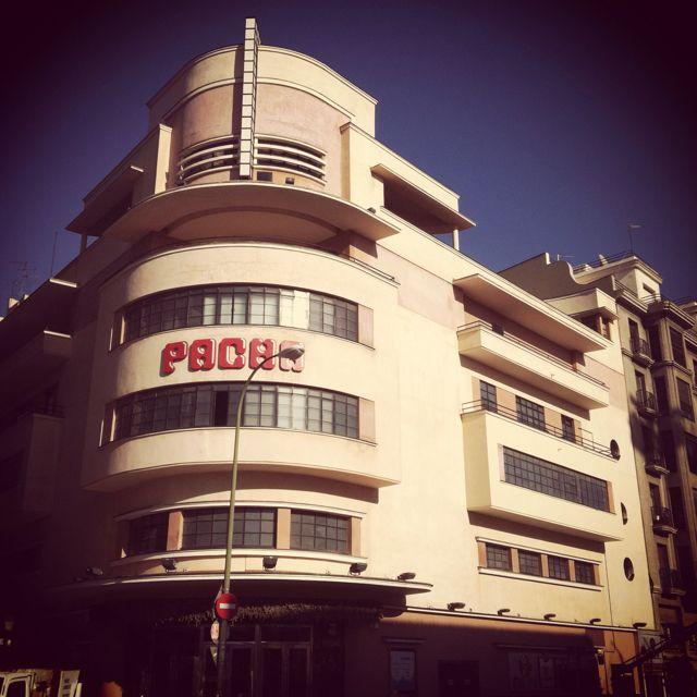 El modernista cine Barceló convertido en una discoteca horrorosa. Madrid, barrio de Chamberí.