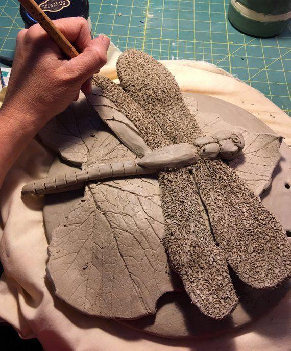 Libelle Hand Sculpted Keramik Wandbehang für die | Etsy #keramik #libelle #sculpted #wandbehang #buddy #potteryclasses