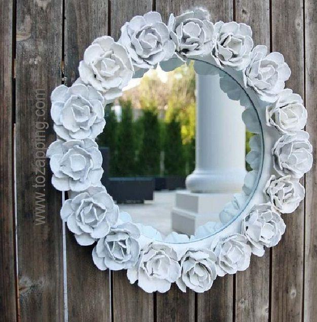 Marco de flores con cartones de huevos para un espejo for Decoracion marco espejo