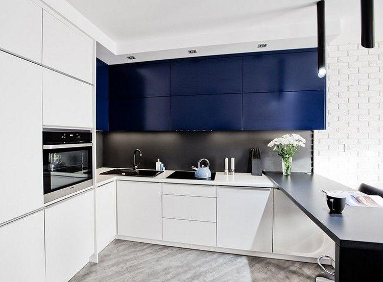 Moderne küchen mit halbinsel  kobaltblaue Oberschränke, schwarze Halbinsel und weiße Fronten ...